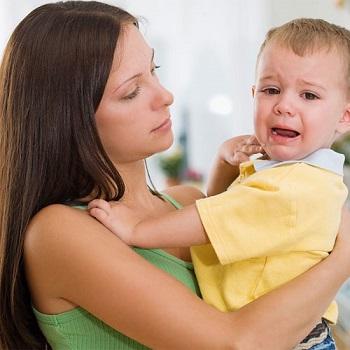 плачущий малыш и мама