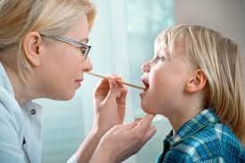 Обследование врачом больного ребёнка ларингитом