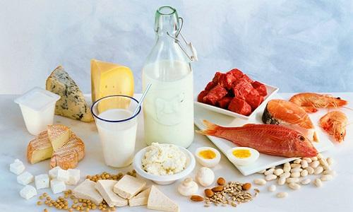 Основу рациона в период недуга должны составлять молочные и кисломолочные продукты, фрукты, каши, овощи и нежирные виды мяса