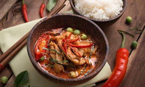 Создать условия для появления проблемы может частое употребление блюд, содержащих большое количество острых специй