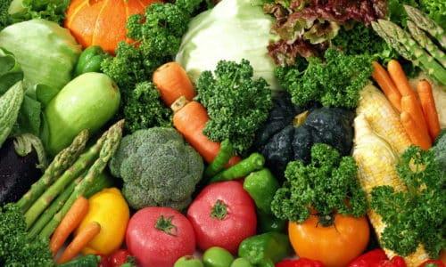 Полезными являются диетические сорта мяса, кефир, травяной чай, овощи, фрукты и крупы