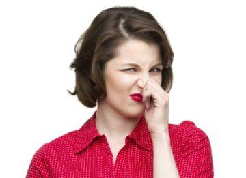 Почему от человека иногда пахнет мочой?
